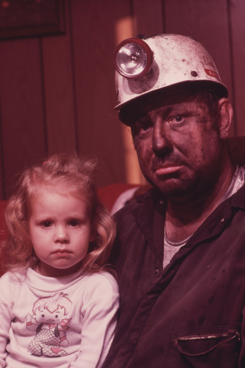 Miner Wayne Gipson (39) and his daughter Tabitha (3), December 1974. Jack CornU.S. National Archives (412-DA-14155)
